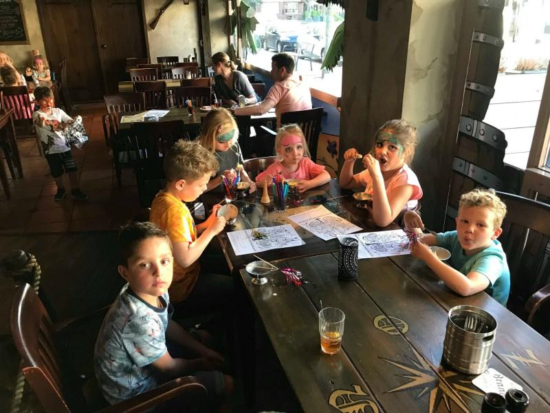 kinderen aan tafel kleuren